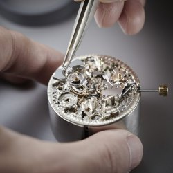 The minute hammer being set in the movement © Chopard