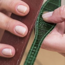 Rubbing down the sharp edges of the strap. ©Hermès