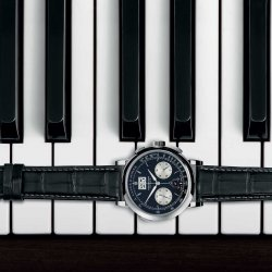 Ebony and ivory: The Datograph Up/Down harmonises with the black-and-white rapport of the piano keyboard. © A. Lange & Söhne