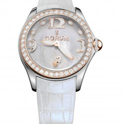 Corum Bubble 42, blanche, lunette en or rouge sertie de 50 diamants, couronne en or rouge.