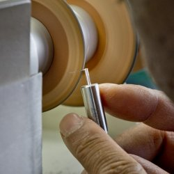 Chamfering on a component that measures 1 cm by 2 mm © Patek Philippe